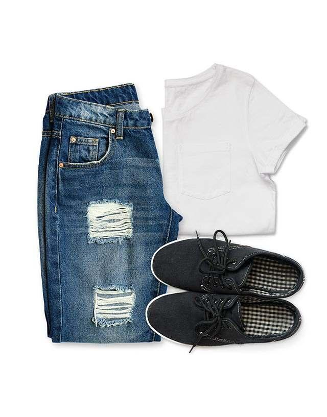 Jeans, weißes T-Shirt und Schuhe