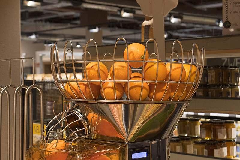 Orangensaftautomat, oben Orangen einfüllen