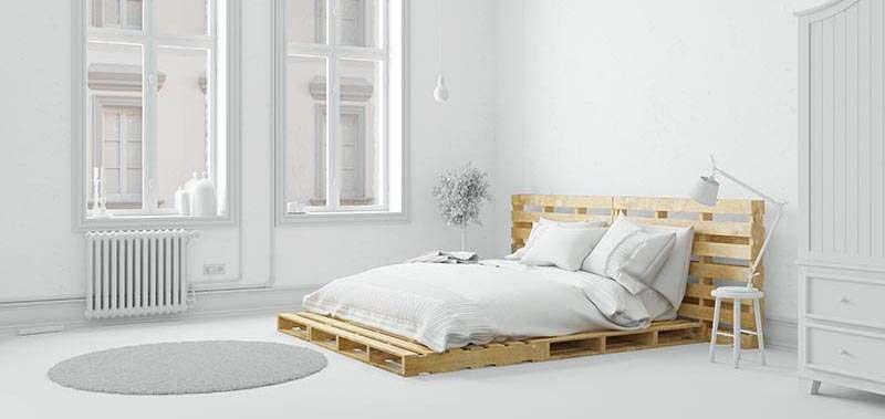 Bett aus Paletten in holzfarben