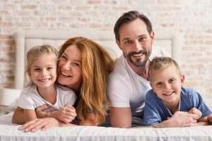 Lebensart Home Familie auf Bett