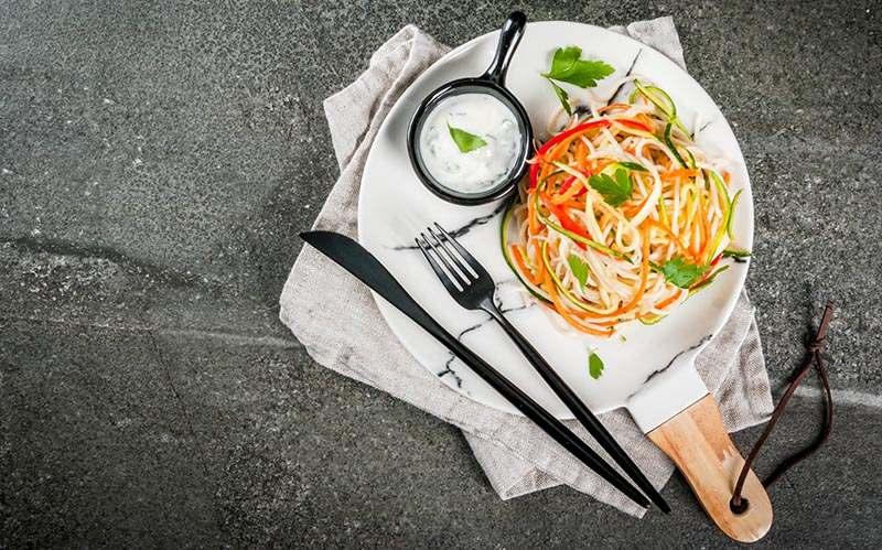 Gemüsespaghetti auf weißem teller