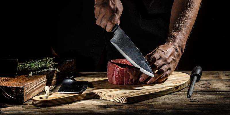 Metzger, der ein Steak schneidet