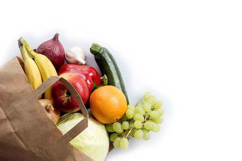 Papiertüte voller Obst und Gemüse