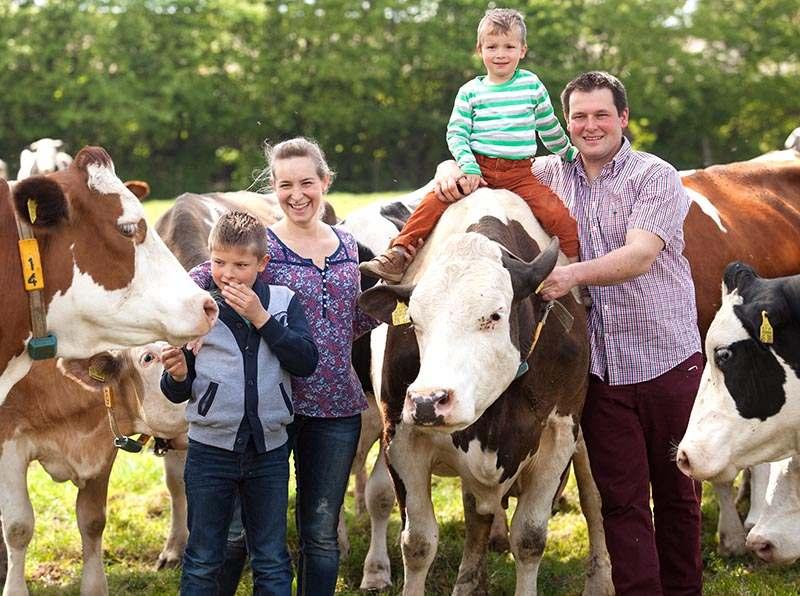 Familie Altfuchshof mit Kindern und Kühen