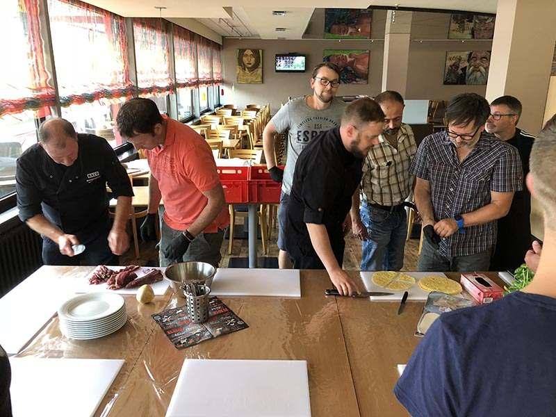 Männer beim Grillseminar am Vorbereiten