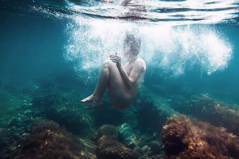 Frau unter Meereswasser