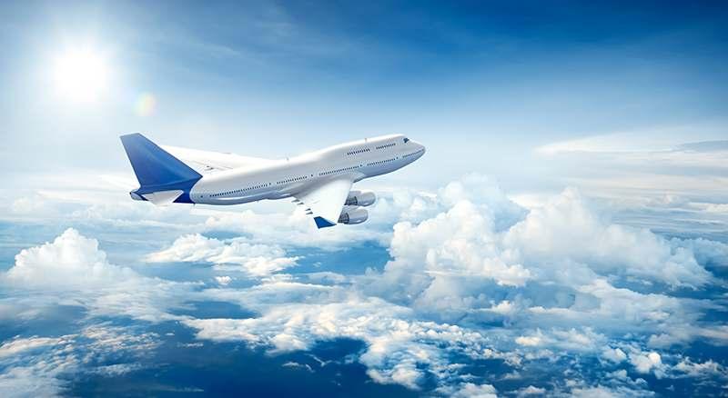 Flugzeug in der Luft zwischen den Wolken