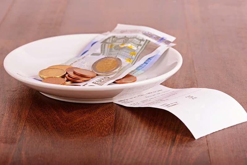 Geld auf Teller mit Rechnung