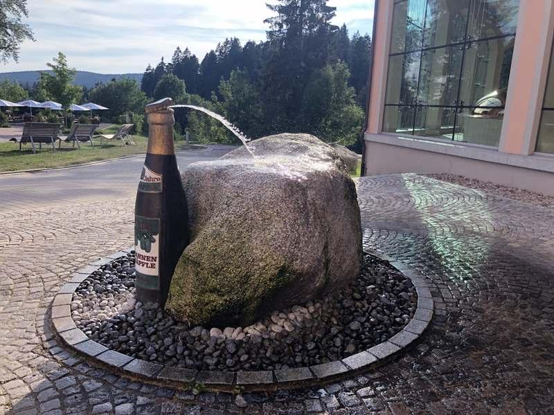 Brunen vor der Brauerei Rothaus sieht aus wie eine Rothaus Bierflasche
