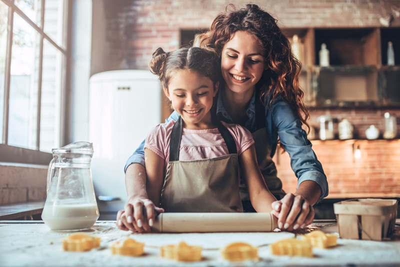 Mutter mit Tochter beim Plätzchen backen