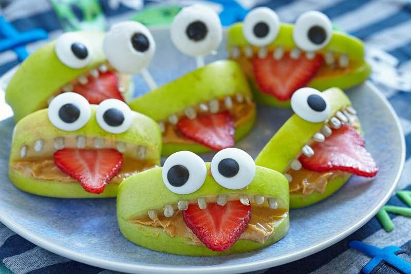 Apfelspalten mit Erdbeeren, Erdnussmus als Monster