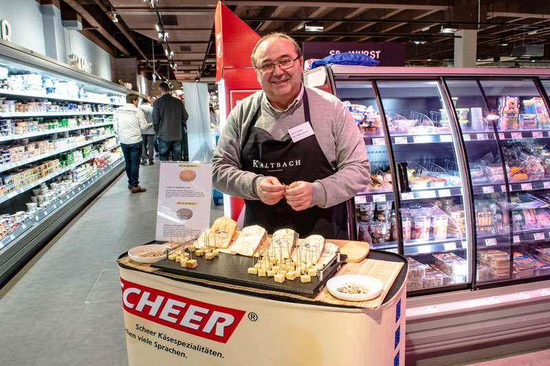 Probierstand der Käserei Scheer mit 2 neuen Sorten Käse: Ringelblume-Klee und Kräuter-Pfeffer