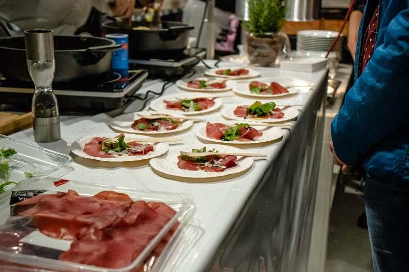 Rinderschinken angerichtet mit frischem Parmesan und Balsamicocreme