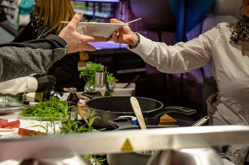 Herausgabe der Teller mit Nudeln