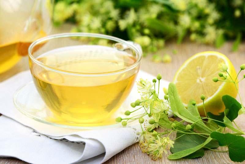 Lindenbluten Tee in Tasse mit Dekoration