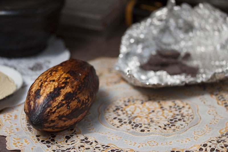Kakaofrucht neben Schokolade