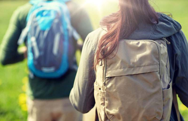 Wanderer mit Rucksäcken von hinten