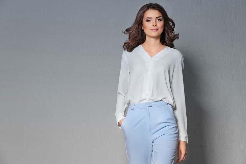 Frau mit weißer Bluse