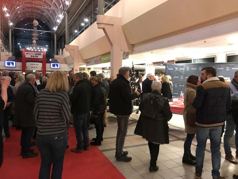 Galerie mit wartenden Gästen vor dem Eingang des Gurmet Abends