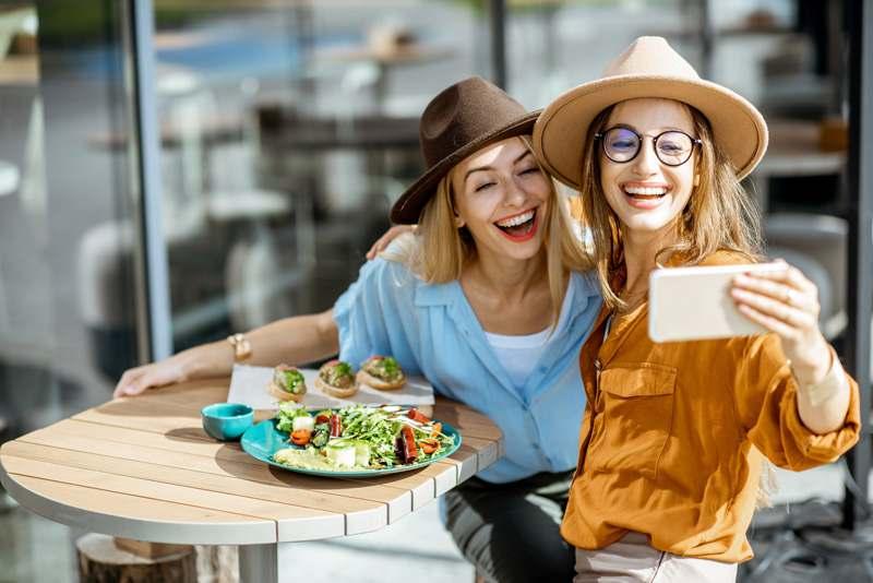 Freundinnen beim Mittagessen, Lunch, Selfie